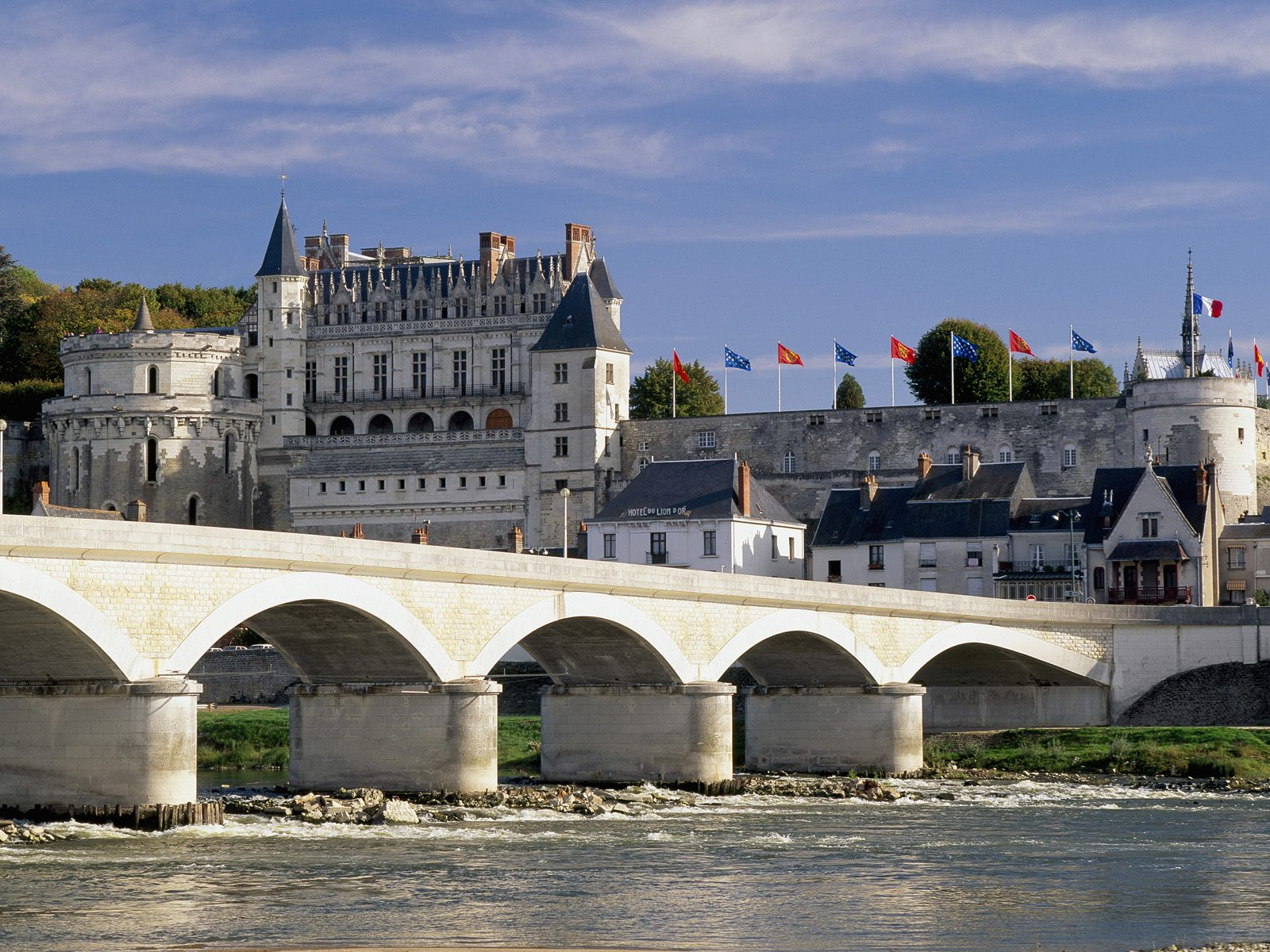Chateau_d'Amboise_and_Bridge_Loire_Valley_France.jpg