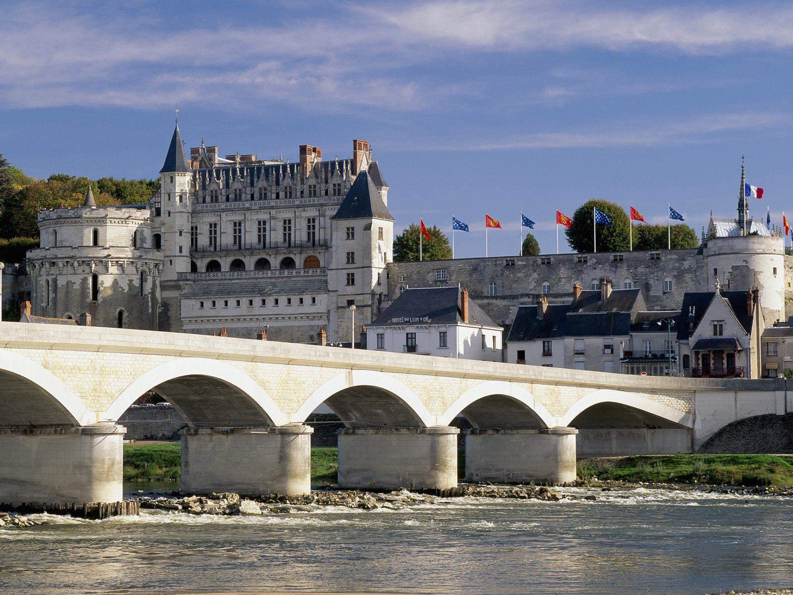 Chateau_d'Amboise_and_Bridge_Loire_Valley_France.jpg
